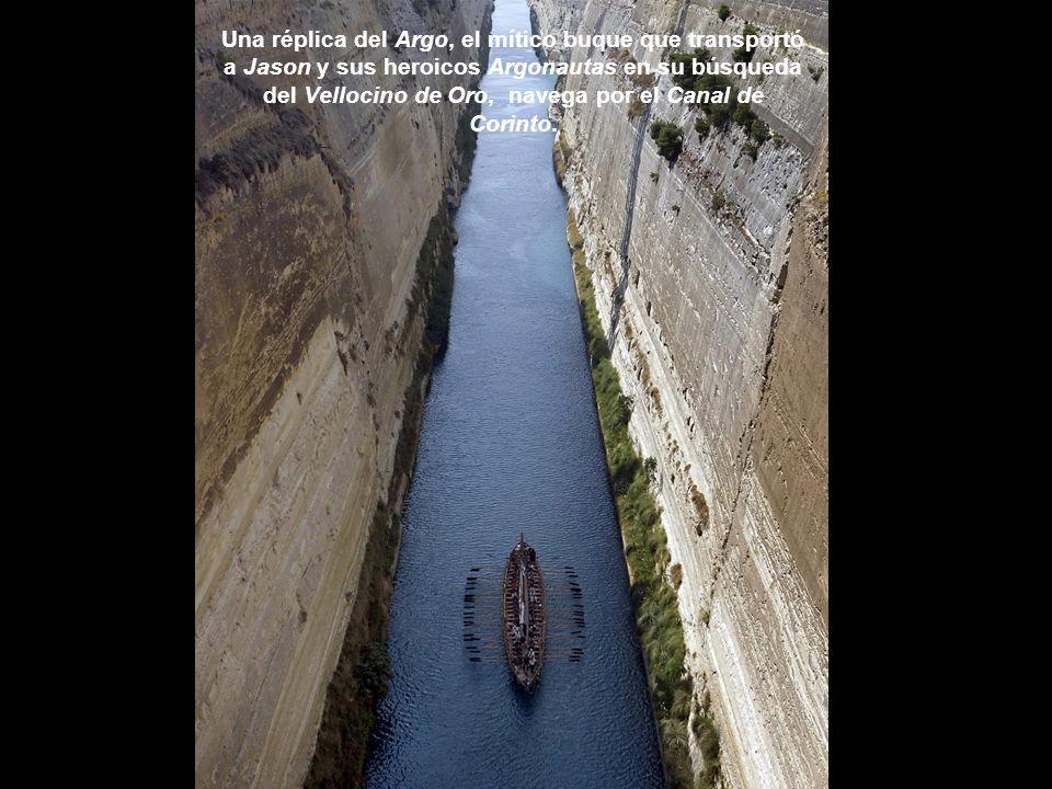 Una réplica del Argo, el mítico buque que transportó a Jason y sus heroicos Argonautas en su búsqueda del Vellocino de Oro, navega por el Canal de Corinto.