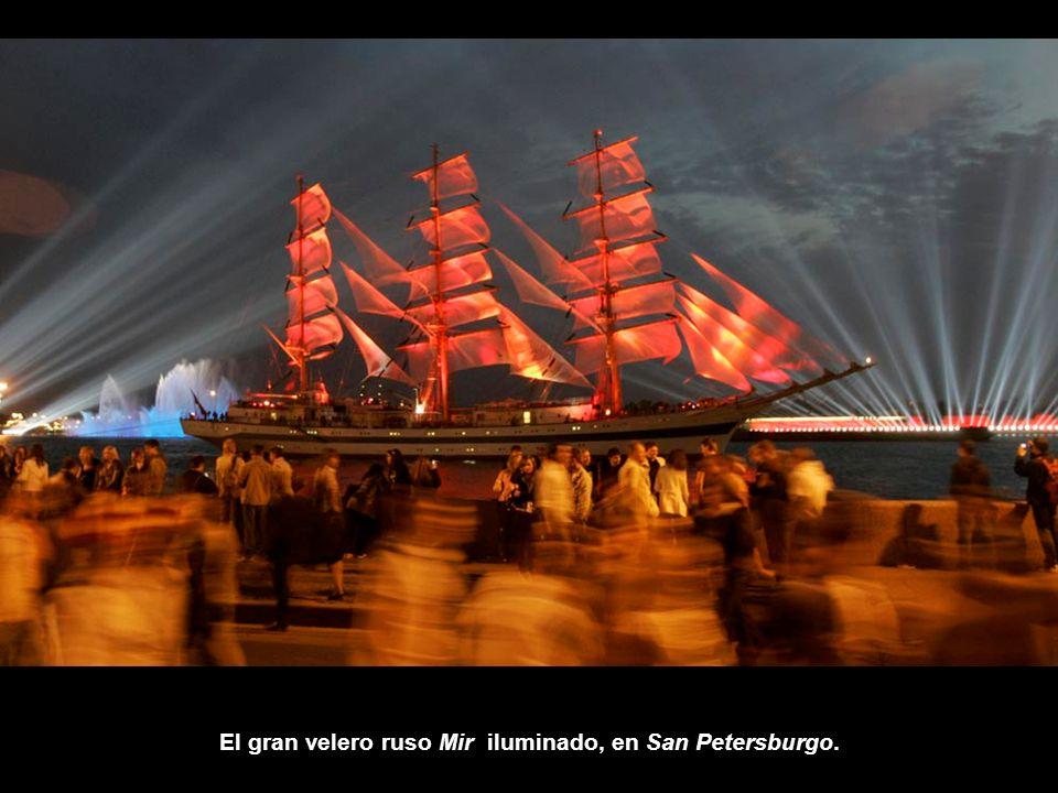 El gran velero ruso Mir iluminado, en San Petersburgo.
