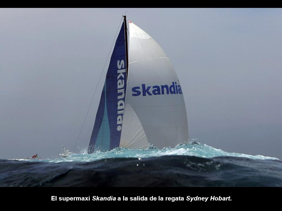 El supermaxi Skandia a la salida de la regata Sydney Hobart.