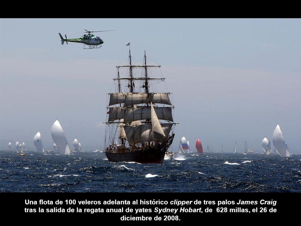 Una flota de 100 veleros adelanta al histórico clipper de tres palos James Craig tras la salida de la regata anual de yates Sydney Hobart, de 628 millas, el 26 de diciembre de 2008.