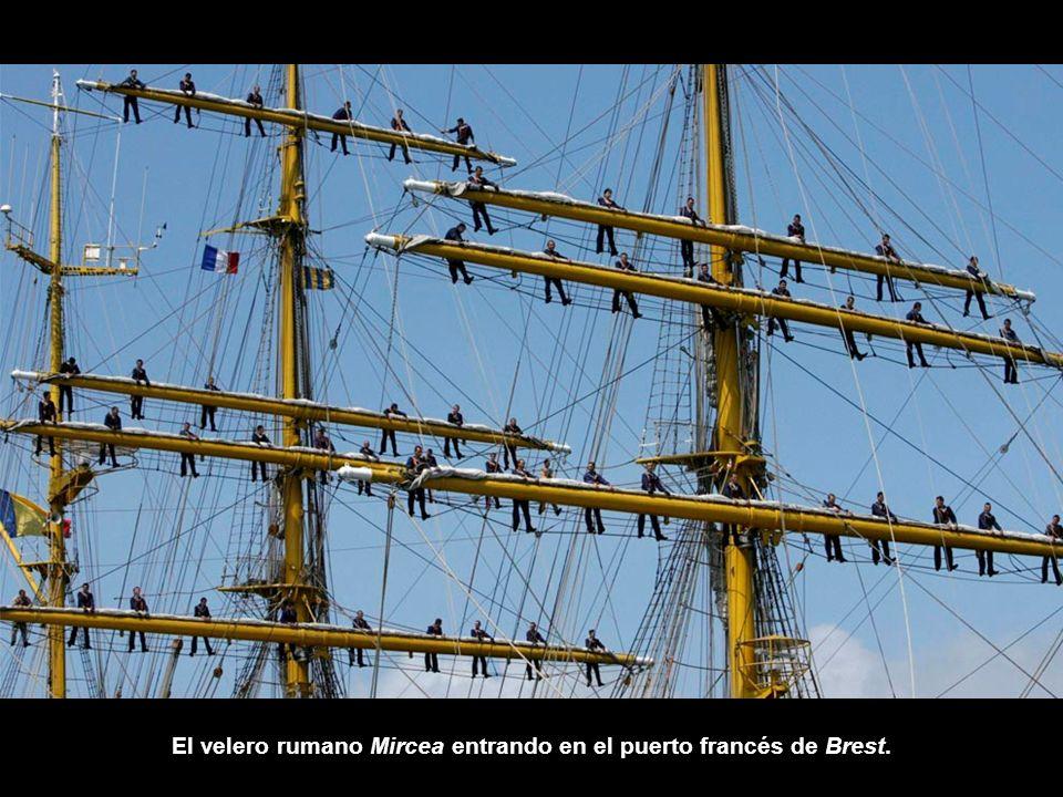 El velero rumano Mircea entrando en el puerto francés de Brest.