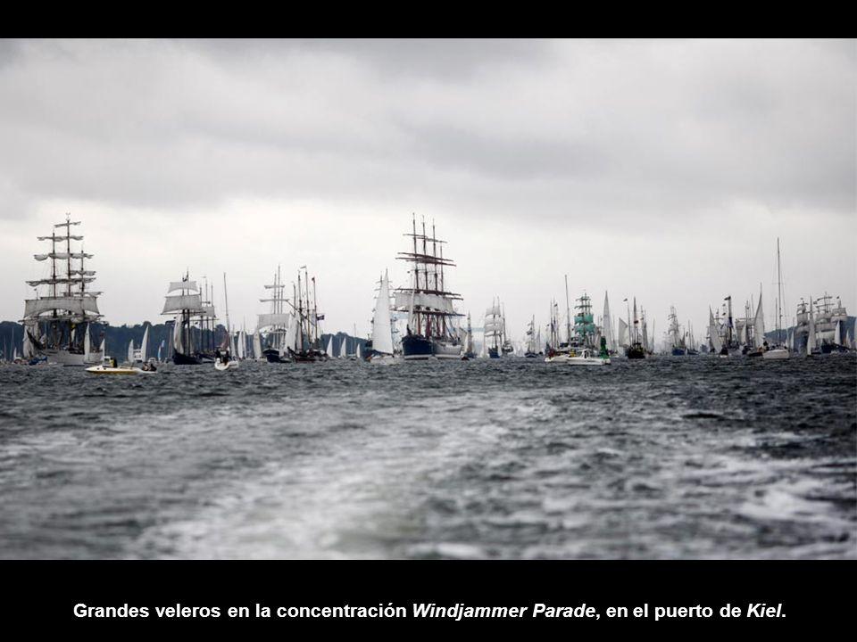 Grandes veleros en la concentración Windjammer Parade, en el puerto de Kiel.
