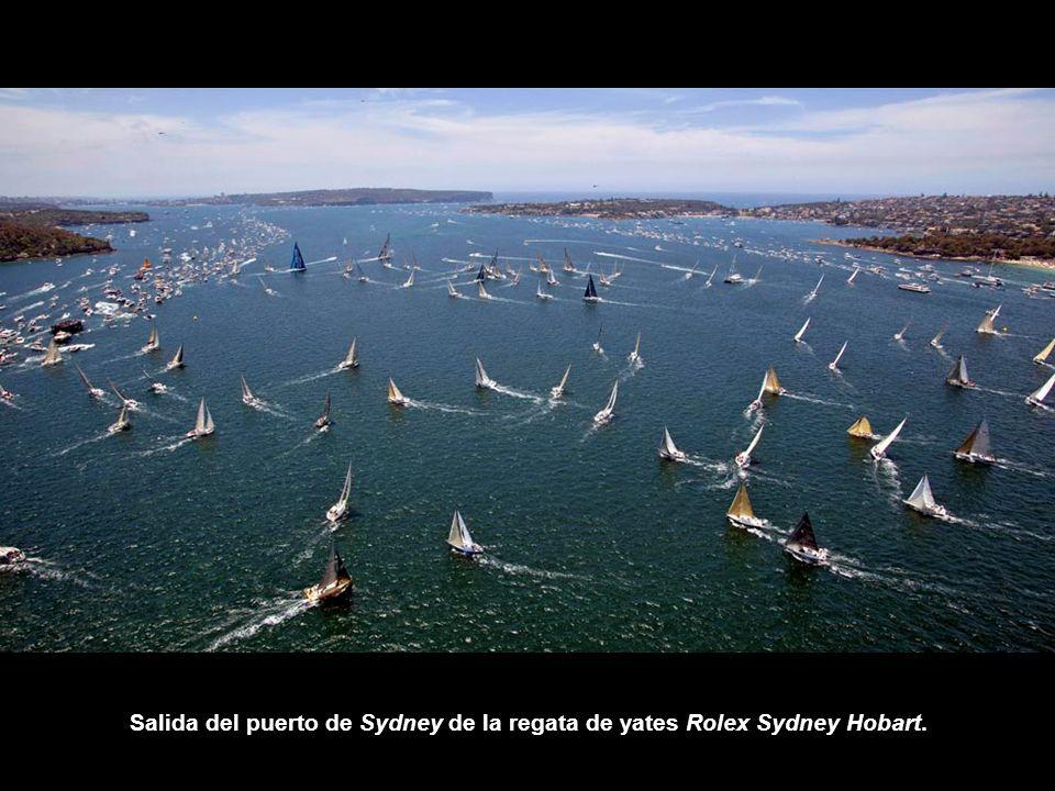 Salida del puerto de Sydney de la regata de yates Rolex Sydney Hobart.