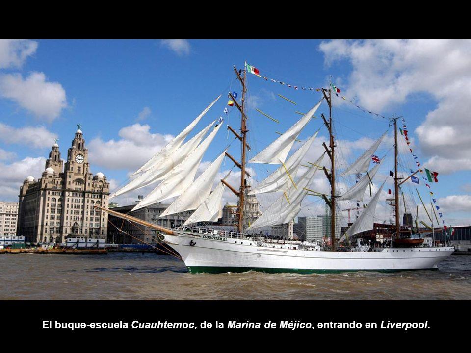 El buque-escuela Cuauhtemoc, de la Marina de Méjico, entrando en Liverpool.