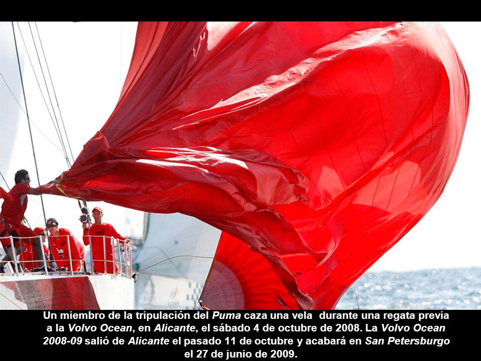Un miembro de la tripulación del Puma caza una vela durante una regata previa a la Volvo Ocean, en Alicante, el sábado 4 de octubre de 2008.