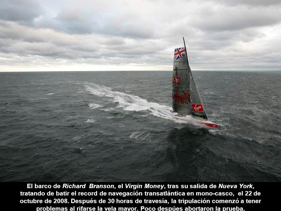 El barco de Richard Branson, el Virgin Money, tras su salida de Nueva York, tratando de batir el record de navegación transatlántica en mono-casco, el 22 de octubre de 2008.