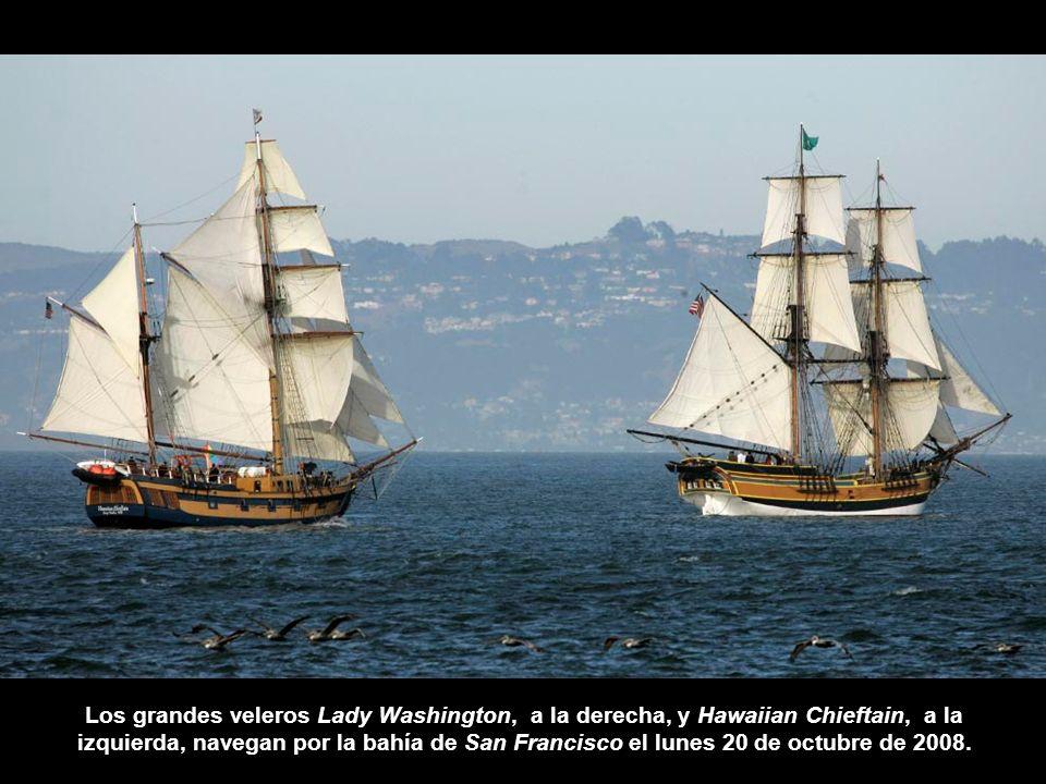 Los grandes veleros Lady Washington, a la derecha, y Hawaiian Chieftain, a la izquierda, navegan por la bahía de San Francisco el lunes 20 de octubre de 2008.