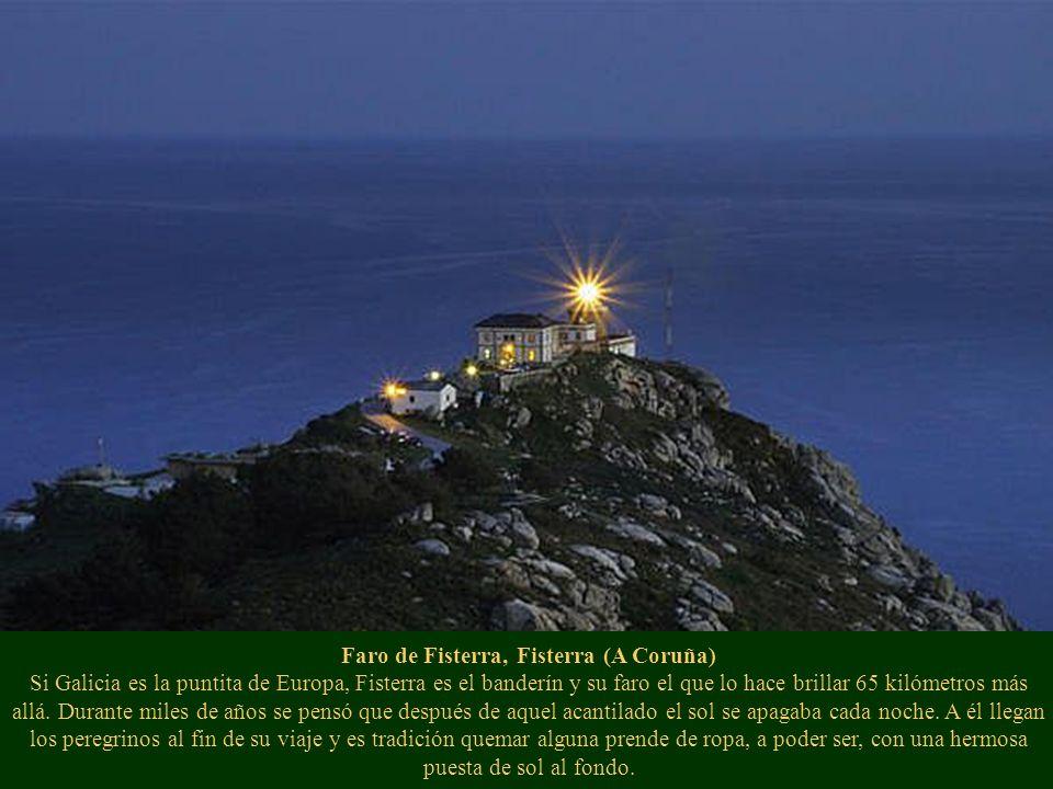 Faro de Fisterra, Fisterra (A Coruña) Si Galicia es la puntita de Europa, Fisterra es el banderín y su faro el que lo hace brillar 65 kilómetros más allá.