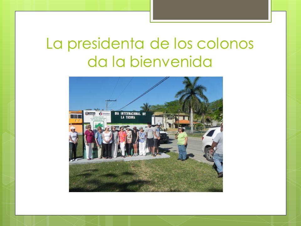 La presidenta de los colonos da la bienvenida