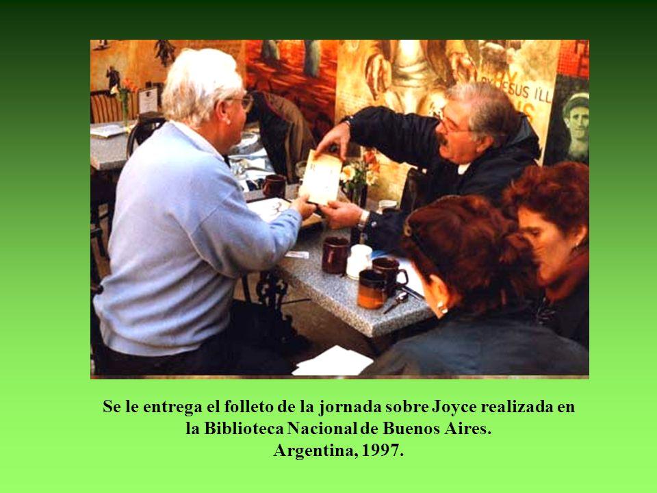 Se le entrega el folleto de la jornada sobre Joyce realizada en la Biblioteca Nacional de Buenos Aires.