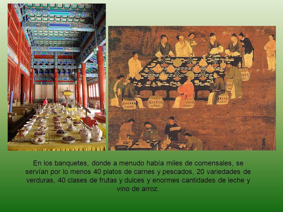 En los banquetes, donde a menudo había miles de comensales, se servían por lo menos 40 platos de carnes y pescados, 20 variedades de verduras, 40 clases de frutas y dulces y enormes cantidades de leche y vino de arroz.