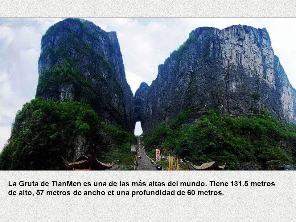 La Gruta de TianMen es una de las más altas del mundo. Tiene 131
