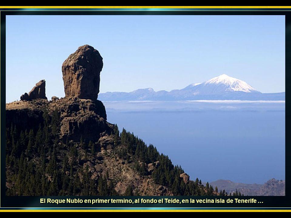 El Roque Nublo en primer termino, al fondo el Teide, en la vecina isla de Tenerife …