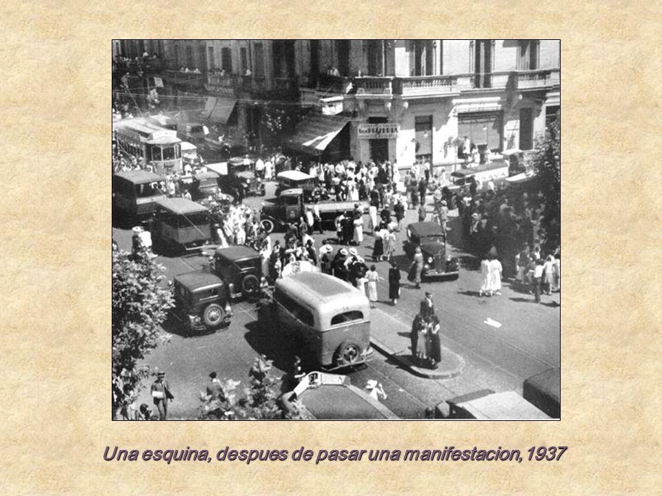 Una esquina, despues de pasar una manifestacion,1937