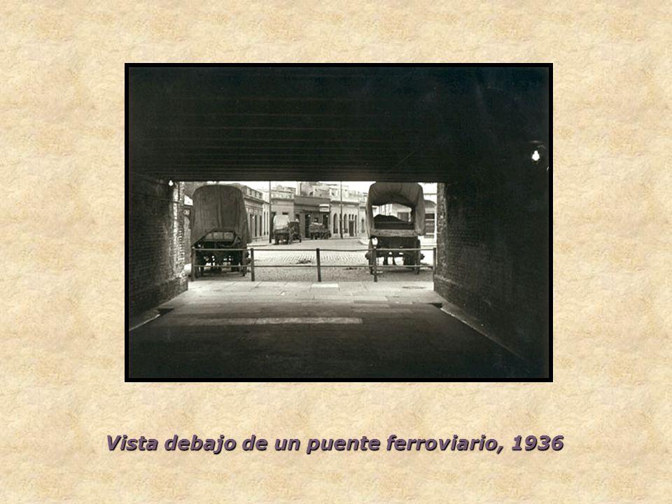 Vista debajo de un puente ferroviario, 1936