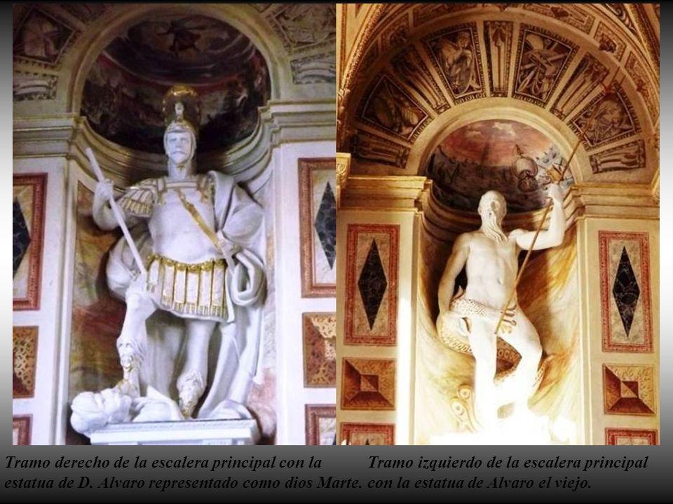 Tramo derecho de la escalera principal con la estatua de D