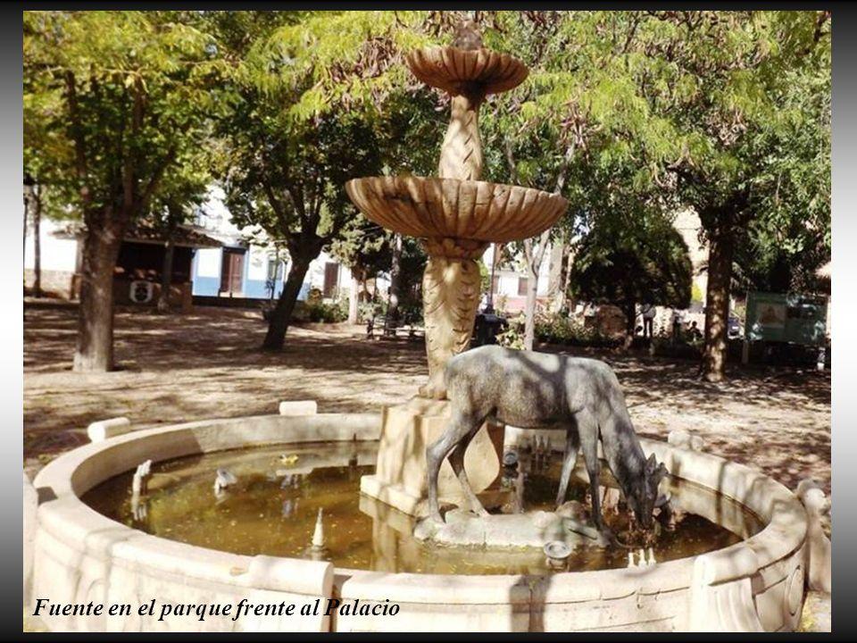 你默默的回首 Fuente en el parque frente al Palacio