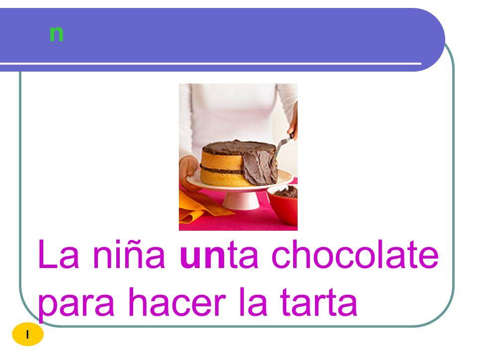 La niña unta chocolate para hacer la tarta