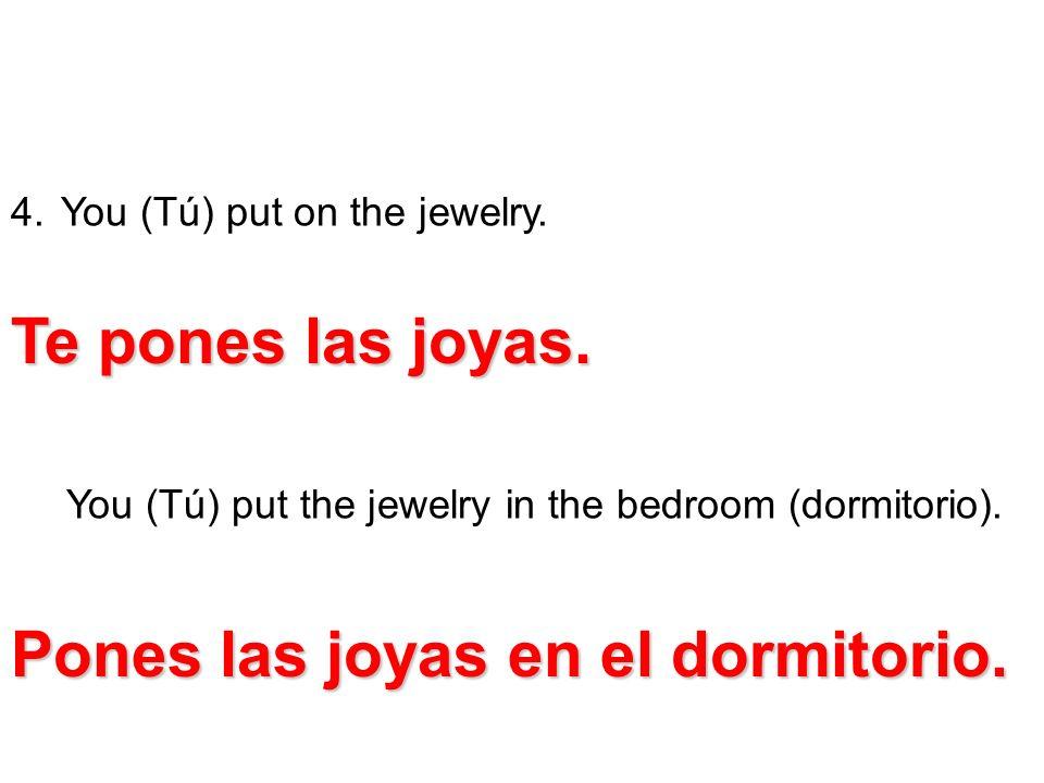 Pones las joyas en el dormitorio.