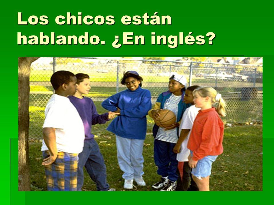 Los chicos están hablando. ¿En inglés