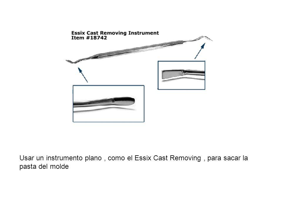 Usar un instrumento plano , como el Essix Cast Removing , para sacar la pasta del molde