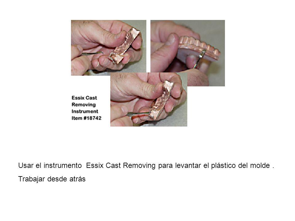 Usar el instrumento Essix Cast Removing para levantar el plástico del molde .
