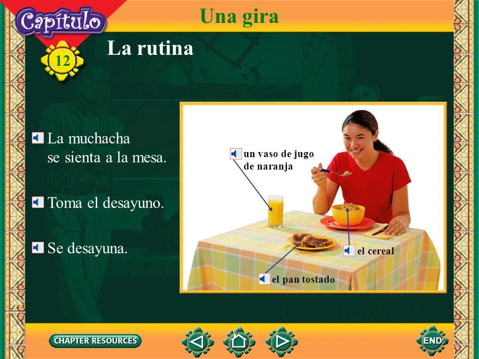 Una gira La rutina 12 La muchacha se sienta a la mesa.