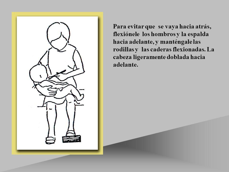 Para evitar que se vaya hacia atrás, flexiónele los hombros y la espalda hacia adelante, y manténgale las rodillas y las caderas flexionadas.