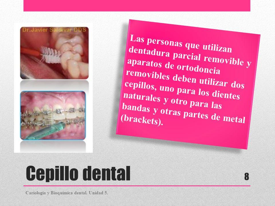 Las personas que utilizan dentadura parcial removible y aparatos de ortodoncia removibles deben utilizar dos cepillos, uno para los dientes naturales y otro para las bandas y otras partes de metal (brackets).