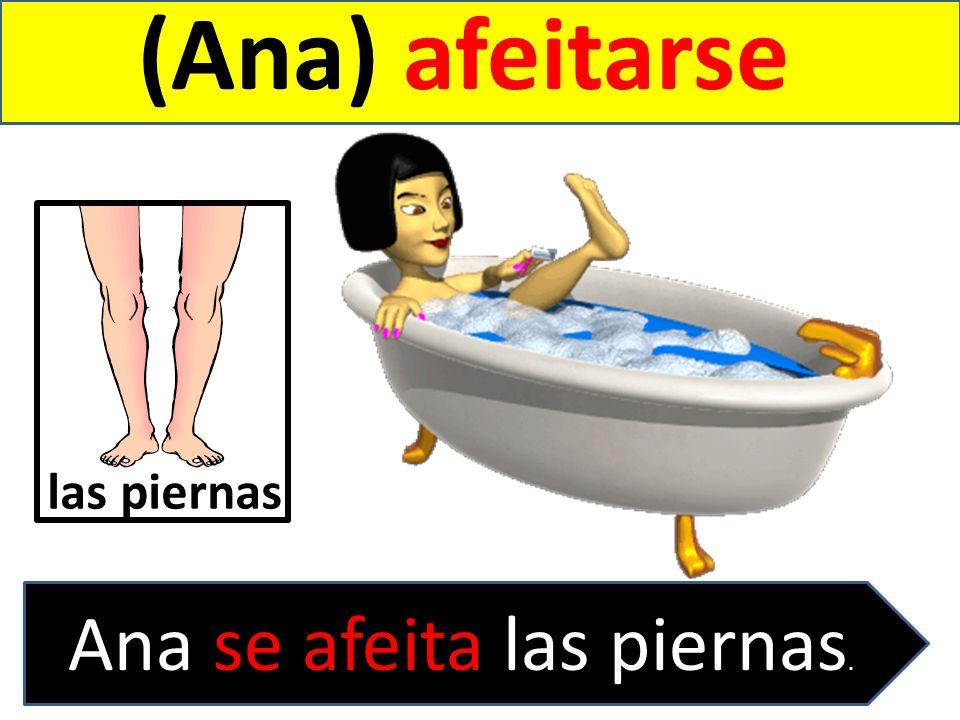Ana se afeita las piernas.