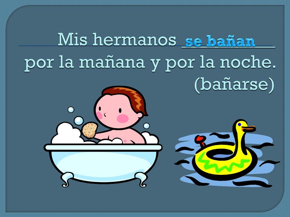 Mis hermanos __________ por la mañana y por la noche. (bañarse)