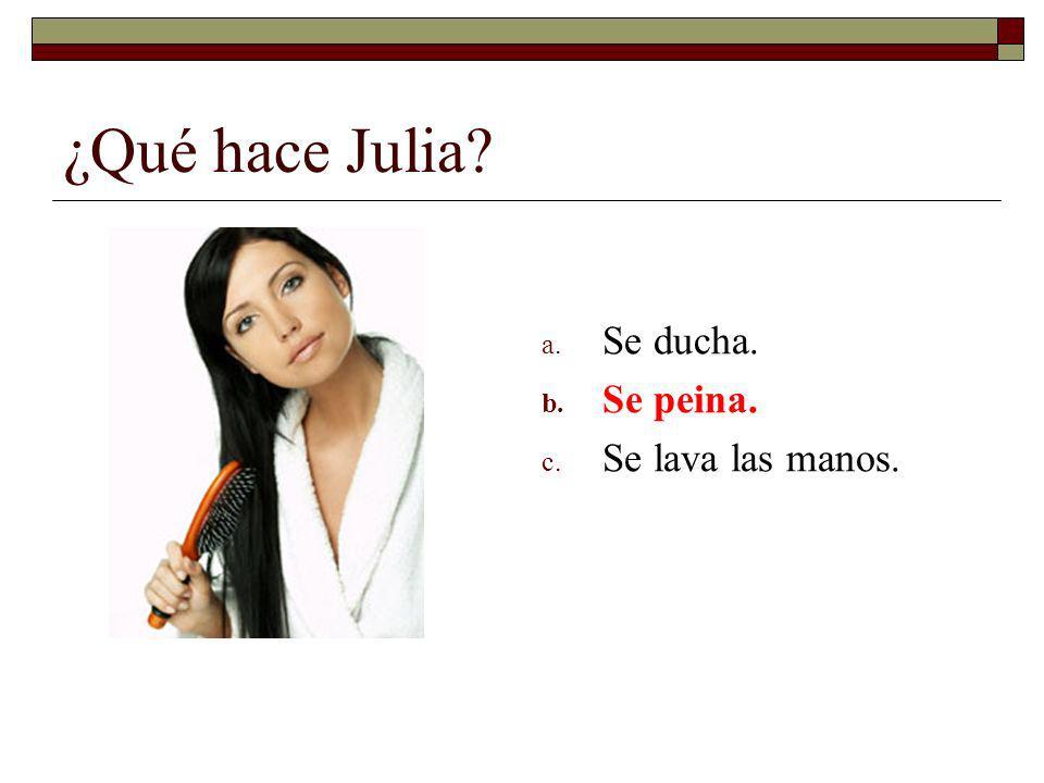 ¿Qué hace Julia Se ducha. Se peina. Se lava las manos.