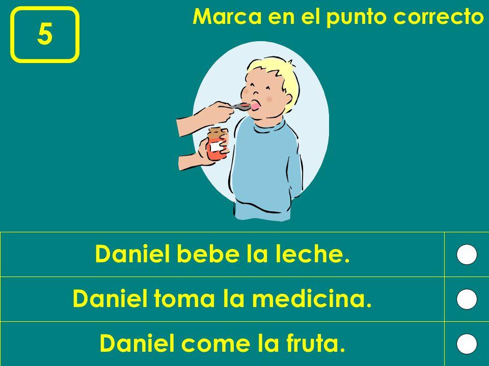 Daniel toma la medicina.