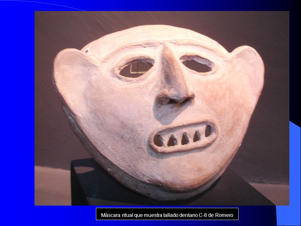 Máscara ritual que muestra tallado dentario C-8 de Romero