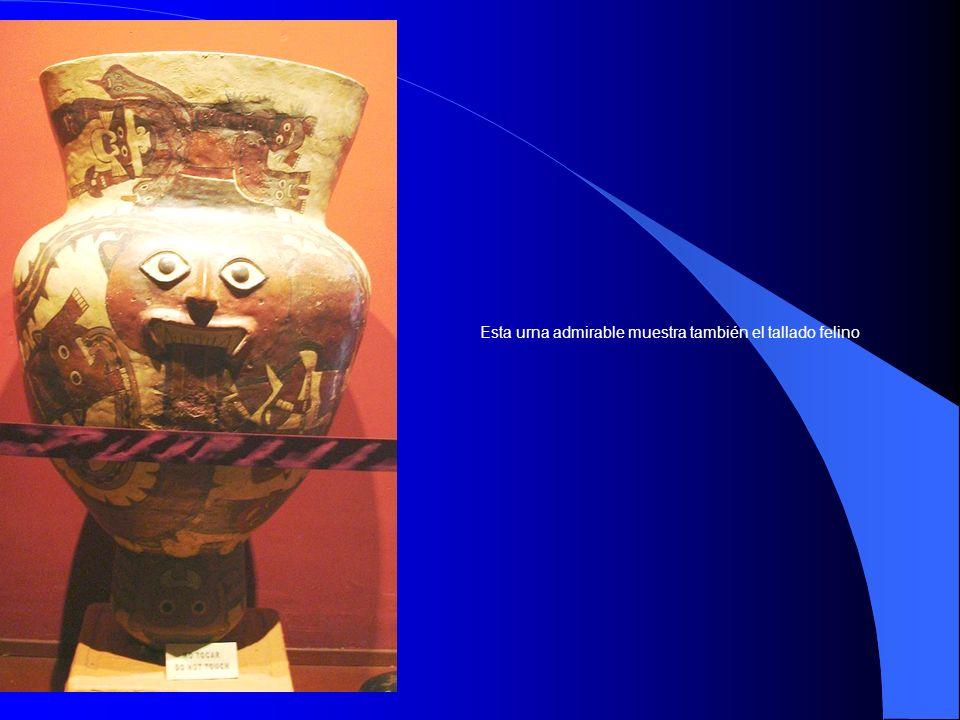 Esta urna admirable muestra también el tallado felino