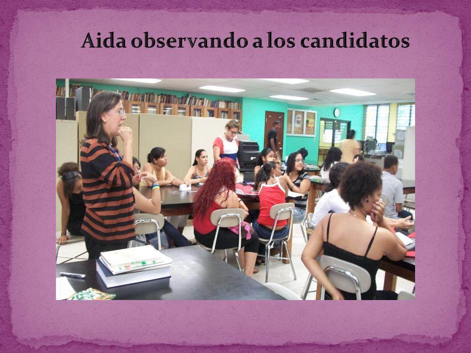 Aida observando a los candidatos