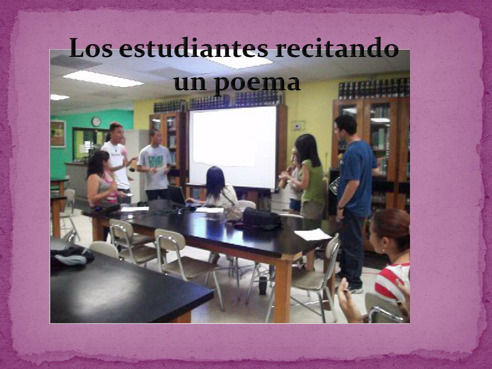 Los estudiantes recitando