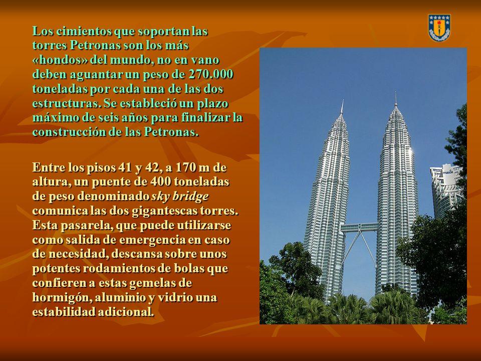 Los cimientos que soportan las torres Petronas son los más «hondos» del mundo, no en vano deben aguantar un peso de 270.000 toneladas por cada una de las dos estructuras. Se estableció un plazo máximo de seis años para finalizar la construcción de las Petronas.