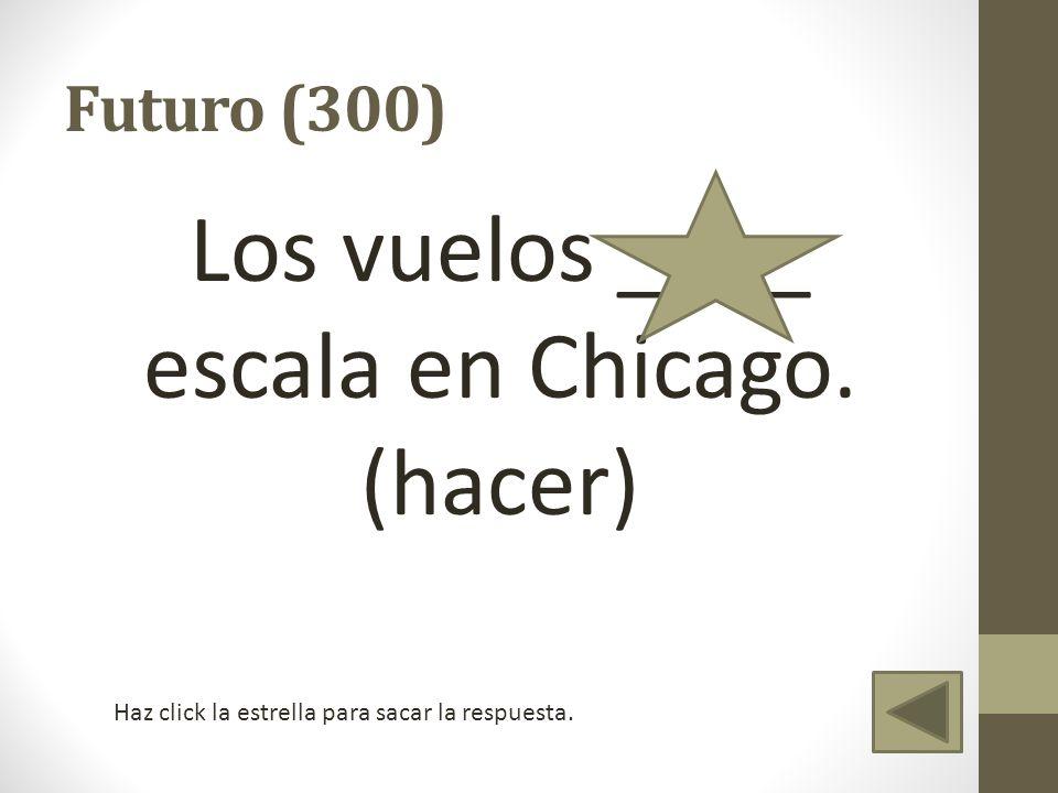 Los vuelos ____ escala en Chicago. (hacer)