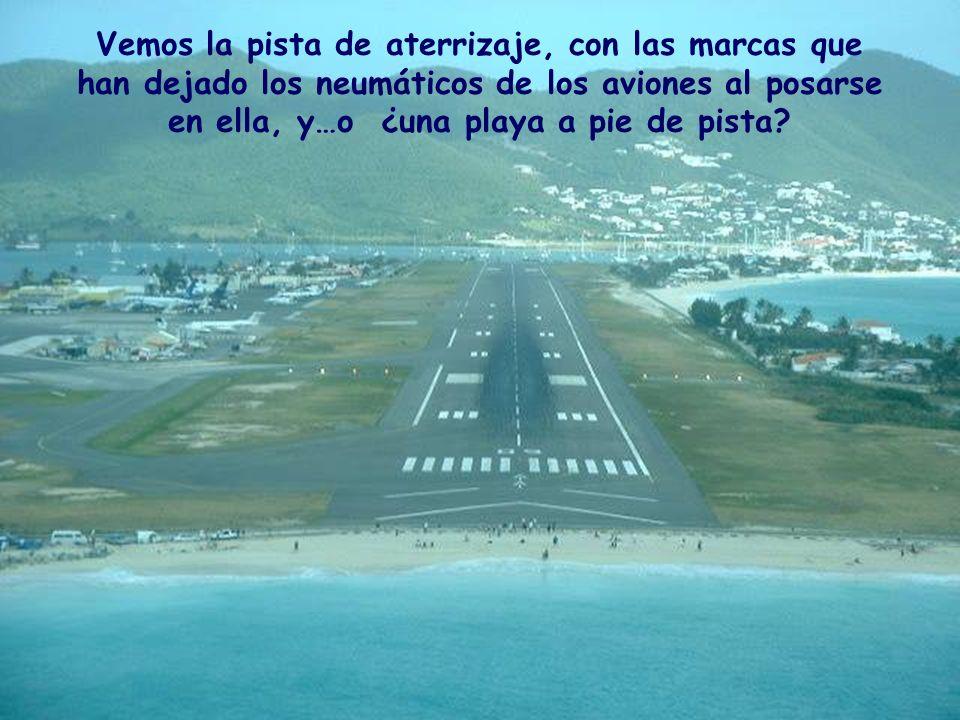 Vemos la pista de aterrizaje, con las marcas que han dejado los neumáticos de los aviones al posarse en ella, y…o ¿una playa a pie de pista