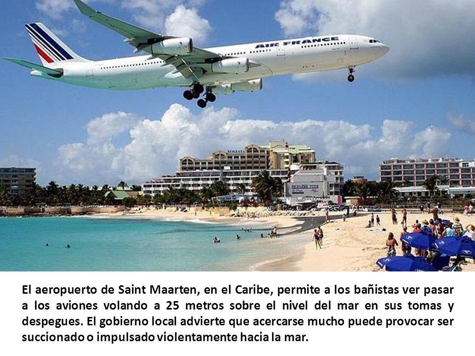 El aeropuerto de Saint Maarten, en el Caribe, permite a los bañistas ver pasar a los aviones volando a 25 metros sobre el nivel del mar en sus tomas y despegues.