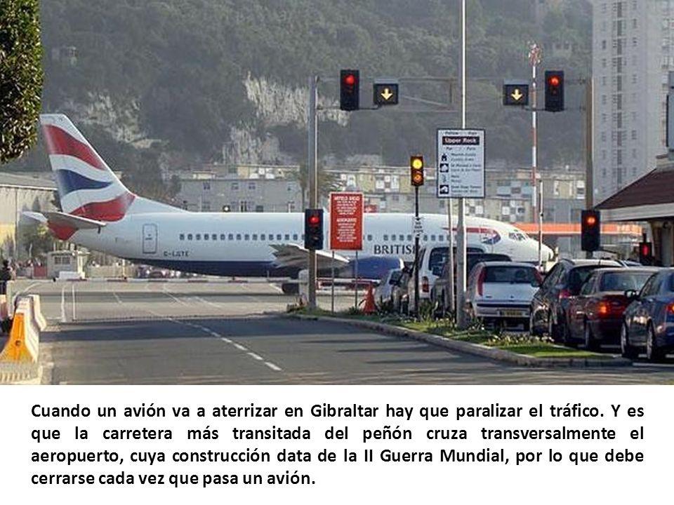 Cuando un avión va a aterrizar en Gibraltar hay que paralizar el tráfico.