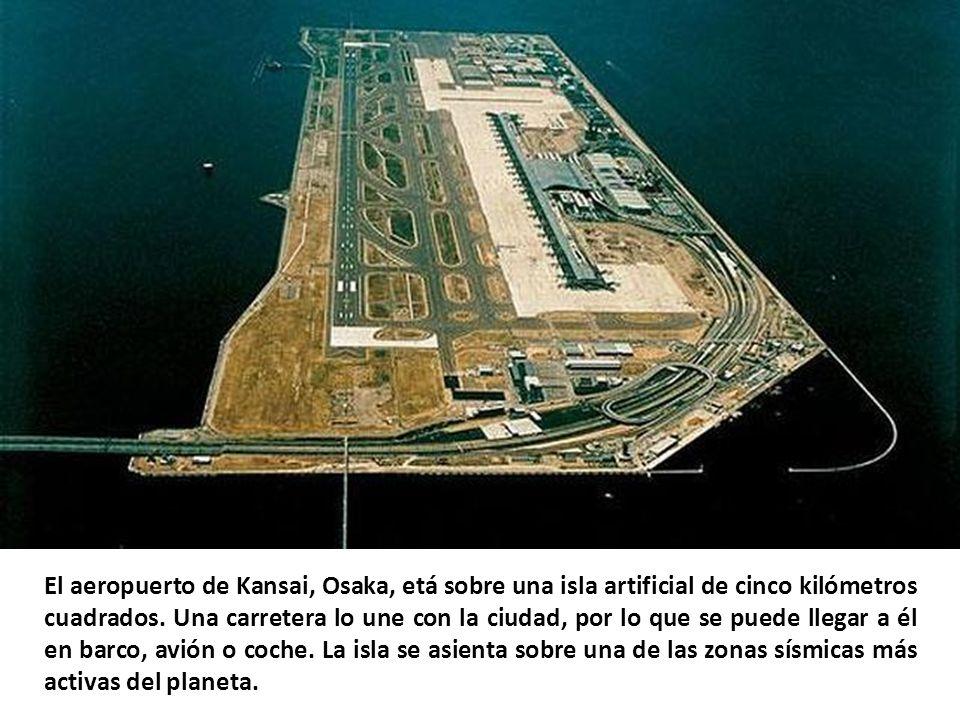 El aeropuerto de Kansai, Osaka, etá sobre una isla artificial de cinco kilómetros cuadrados.
