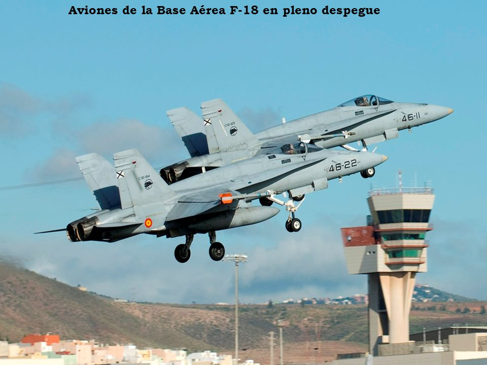 Aviones de la Base Aérea F-18 en pleno despegue