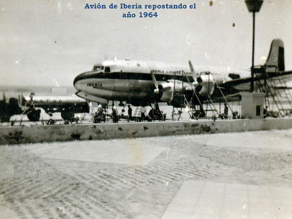 Avión de Iberia repostando el año 1964
