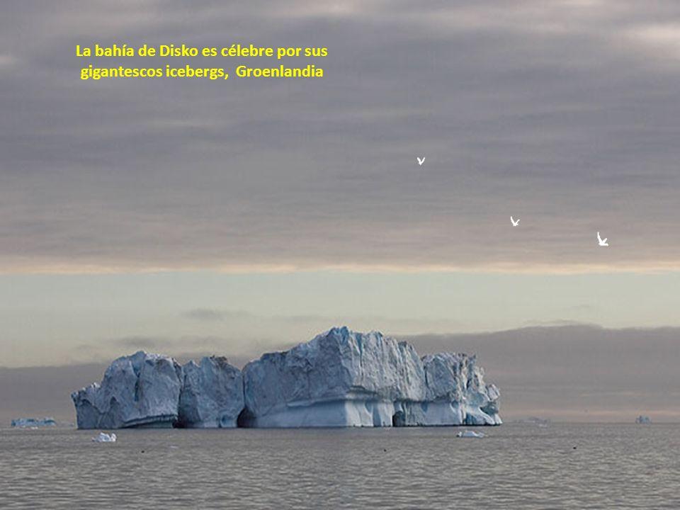 La bahía de Disko es célebre por sus gigantescos icebergs, Groenlandia