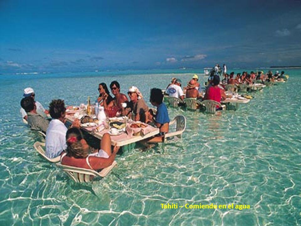 Tahiti – Comiendo en el agua