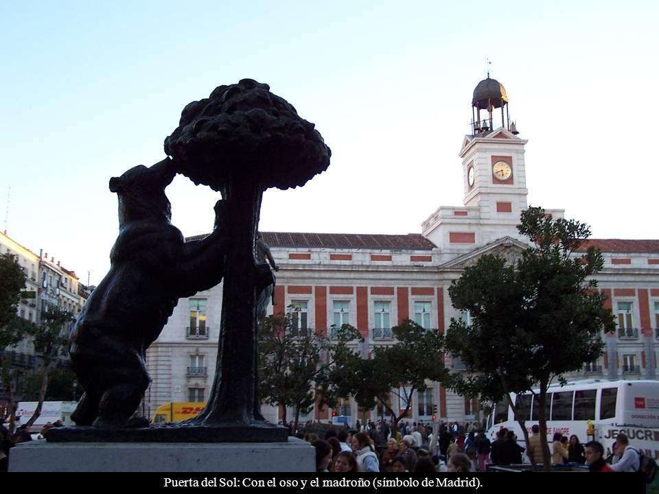 Puerta del Sol: Con el oso y el madroño (símbolo de Madrid).
