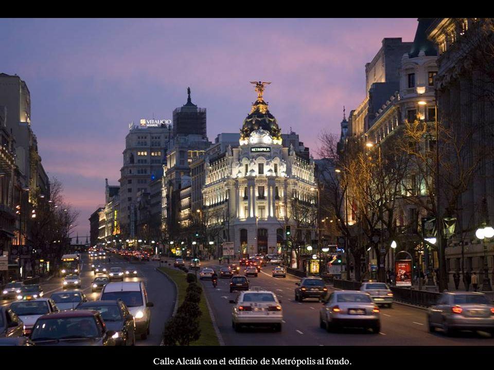 Calle Alcalá con el edificio de Metrópolis al fondo.
