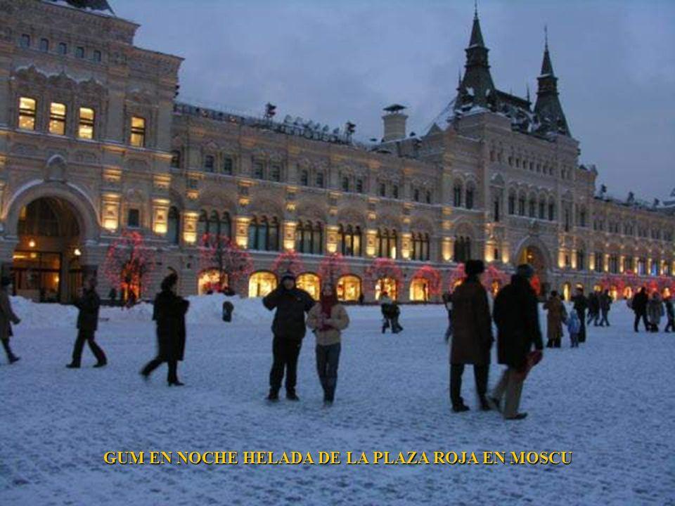 CATEDRAL DE SAN BASILIO GUM EN NOCHE HELADA DE LA PLAZA ROJA EN MOSCU